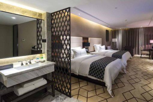 Mẫu 10 Vách ngăn phòng ngủ với không gian phòng tắm thoáng đãng.