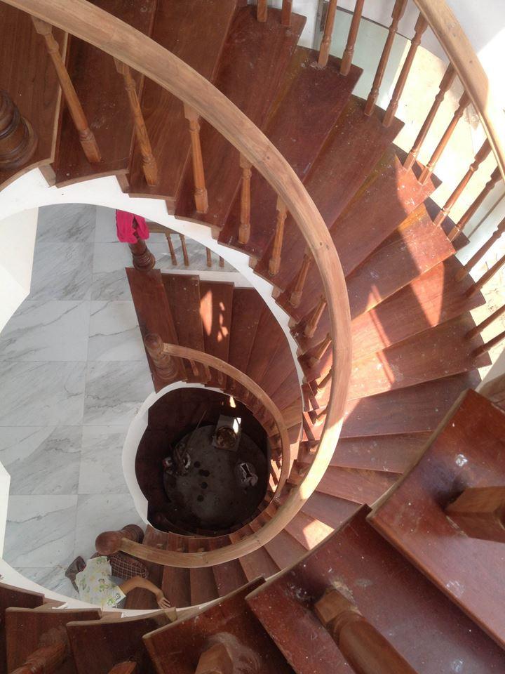mẫu cầu thang gỗ kiểu xoắn