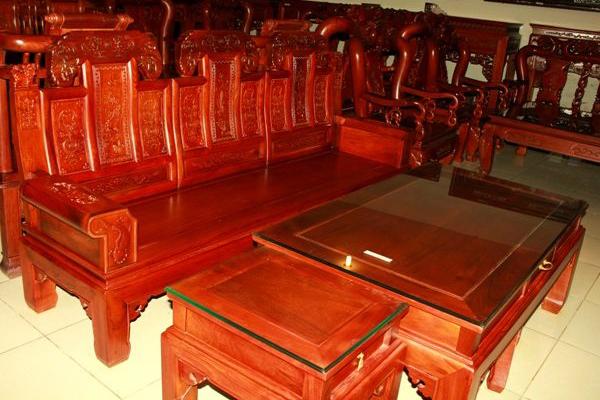 Bàn ghế gỗ gụ với màu sắc và vân gỗ nổi bật(skyhome.vn)