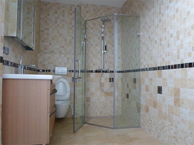 Vách tắm kính – giúp phòng tắm nhỏ trở nên rộng rãi, sang trọng